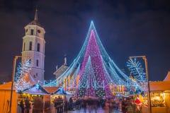 Árbol de navidad y gente alrededor de él, del cuadrado de la catedral y de la torre en la visión Fotografía de archivo