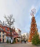 Árbol de navidad y gente de madera en la ciudad vieja de Riga Foto de archivo libre de regalías