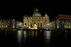 Árbol de navidad y guarida delante de la catedral del ` s de San Pedro en Fotografía de archivo libre de regalías
