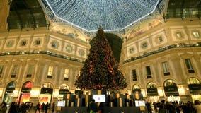 Árbol de navidad y luces debajo del tejado del Galleria, Milán, Italia almacen de video