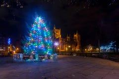 Árbol de navidad y luces delante de Bristol Cathedral A Imágenes de archivo libres de regalías