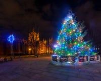 Árbol de navidad y luces delante de Bristol Cathedral B Fotos de archivo libres de regalías