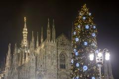 Árbol de navidad y Madunina, Milán Fotos de archivo libres de regalías