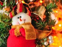 Árbol de navidad y muñeco de nieve imagen de archivo