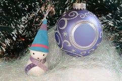 Árbol de navidad y muñeco de nieve Foto de archivo libre de regalías