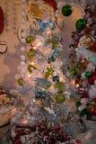 Árbol de navidad y muñeco de nieve en el interior de la tienda en el ` Elpidio de Sant que una yegua para el invierno sazona fotos de archivo libres de regalías