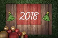 Árbol de navidad y número 2018 en el tablero de madera Imagenes de archivo