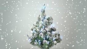 Árbol de navidad y nevadas turbulentas Foto de archivo libre de regalías
