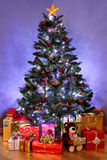 Árbol de navidad y presentes Imagen de archivo libre de regalías