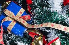 Árbol de navidad y presentes fotos de archivo
