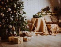 Árbol de navidad y presentes en sala de estar adornada Fotos de archivo libres de regalías