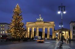 Árbol de navidad y puerta de Brandenburgo Foto de archivo