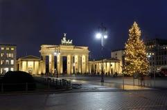 Árbol de navidad y puerta de Brandenburgo Imagen de archivo libre de regalías