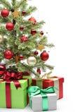 Árbol de navidad y regalos adornados Fotografía de archivo libre de regalías