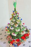 Árbol de navidad y regalos de cerámica Fotos de archivo