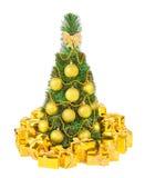 Árbol de navidad y regalos de vacaciones de oro aislados en el backgr blanco imagen de archivo