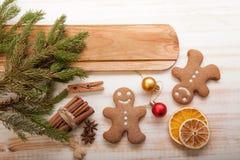 Árbol de navidad y regalos del pan de jengibre en la tabla Foto de archivo libre de regalías