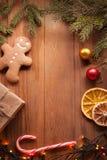 Árbol de navidad y regalos del pan de jengibre en la tabla Imagenes de archivo