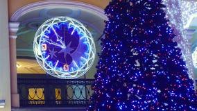 Árbol de navidad y reloj de la ciudad almacen de video