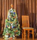 Árbol de navidad y silla Mujerzuela en el árbol de navidad Año Nuevo Imagen de archivo libre de regalías