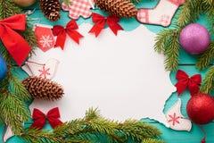 Árbol de navidad y tarjeta con el espacio y los accesorios de la copia Visión superior Mofa para arriba fotografía de archivo libre de regalías