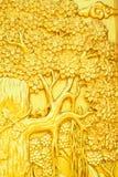 Árbol de oro del arte tailandés del estilo que talla en puerta del templo Imagen de archivo