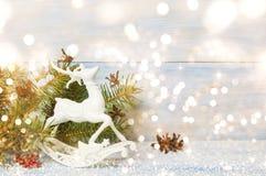 Árbol de pino con el reno del juguete Fotos de archivo