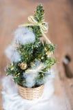 Árbol de pino de la Navidad decorativo en fondo de madera Imágenes de archivo libres de regalías