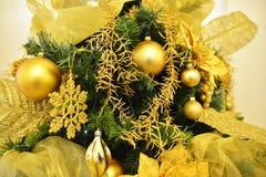 Árbol de pino de oro de la Navidad, con las bolas de oro Fotos de archivo libres de regalías