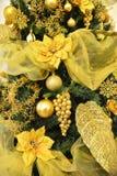 Árbol de pino de oro de la Navidad, con las bolas de oro Imágenes de archivo libres de regalías
