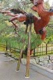 Árbol de pino japonés que es apoyado para arriba en el templo de Tenryuji en Kyoto, Imagen de archivo libre de regalías