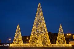 Árbol de pino de luces ámbar Árbol de navidad con brillar intensamente de las luces Fondo de la decoración de la Navidad con bril imágenes de archivo libres de regalías