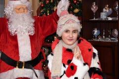 Árbol de Santa Claus y de Christmass durante Navidad con la muchacha feliz Imagen de archivo libre de regalías