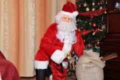 Árbol de Santa Claus y de Christmass durante Navidad con la muchacha feliz Imagenes de archivo