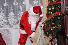 Árbol de Santa Claus y de Christmass durante Navidad con la muchacha feliz Fotos de archivo