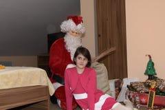 Árbol de Santa Claus y de Christmass durante Navidad con la muchacha feliz Fotos de archivo libres de regalías