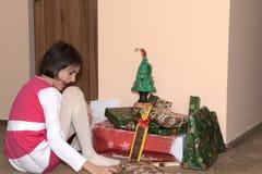 Árbol de Santa Claus y de Christmass durante Navidad con la muchacha feliz Foto de archivo libre de regalías