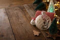 Árbol decorativo al lado de decoraciones y de la fuente del arte Fotos de archivo