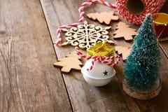 Árbol decorativo al lado de decoraciones y de la fuente del arte Fotografía de archivo libre de regalías