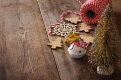 Árbol decorativo al lado de decoraciones y de la fuente del arte Imágenes de archivo libres de regalías