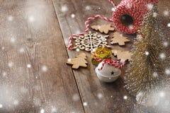Árbol decorativo al lado de decoraciones y de la fuente del arte Foto de archivo libre de regalías