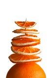 Árbol decorativo de rebanadas anaranjadas en un fondo blanco Fotos de archivo