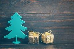 Árbol decorativo del Año Nuevo con cajas festivas en papel brillante del oro Foto de archivo libre de regalías