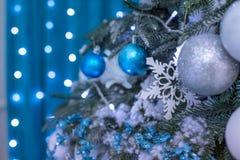 Árbol del Año Nuevo adornado con los juguetes azules - regalos y bolas empañe el fondo azul del bokeh para la Navidad de la celeb Foto de archivo
