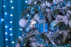 Árbol del Año Nuevo adornado con los juguetes azules - regalos y bolas empañe el fondo azul del bokeh para la Navidad de la celeb Imagen de archivo