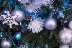 Árbol del Año Nuevo adornado con los juguetes azules - regalos y bolas empañe el fondo azul del bokeh para la Navidad de la celeb Imagen de archivo libre de regalías