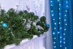 Árbol del Año Nuevo adornado con los juguetes azules - regalos y bolas empañe el fondo azul del bokeh para la Navidad de la celeb Imagenes de archivo