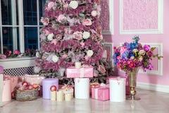 Árbol del Año Nuevo adornado en juguetes rosados Imagenes de archivo
