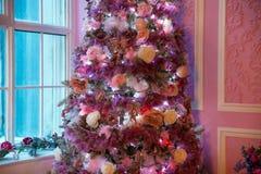 Árbol del Año Nuevo adornado en juguetes rosados Fotografía de archivo