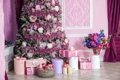 Árbol del Año Nuevo adornado en juguetes rosados Foto de archivo